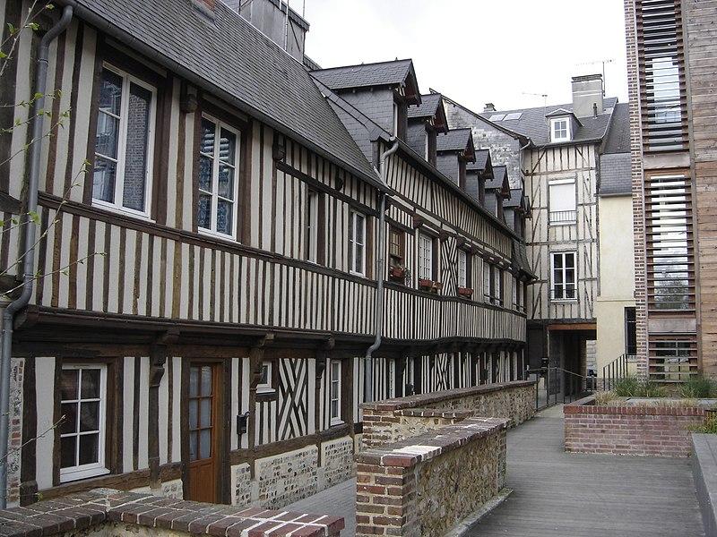 Photo du Monument Historique Immeuble à logements de la cour Canel situé à Pont-Audemer