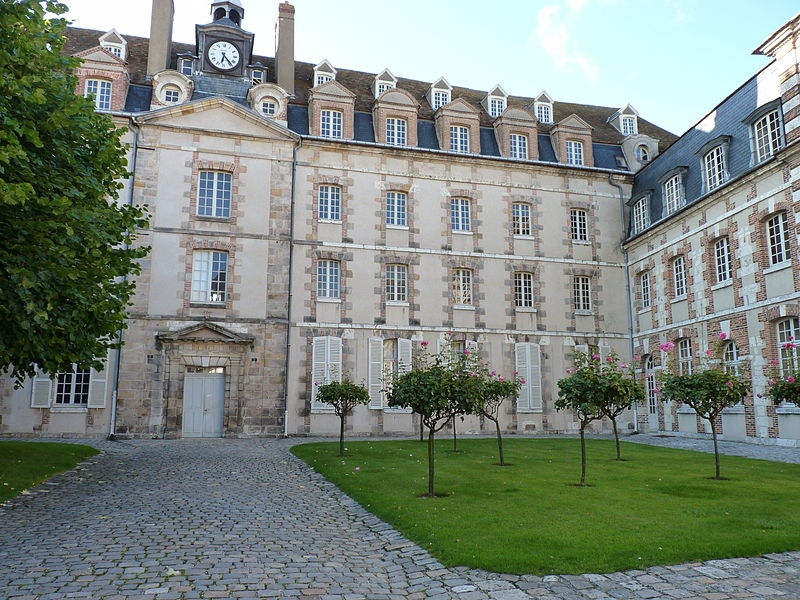 Photo du Monument Historique Ancien séminaire Saint-Charles, autrefois bâtiment des Archives Départementales situé à Chartres