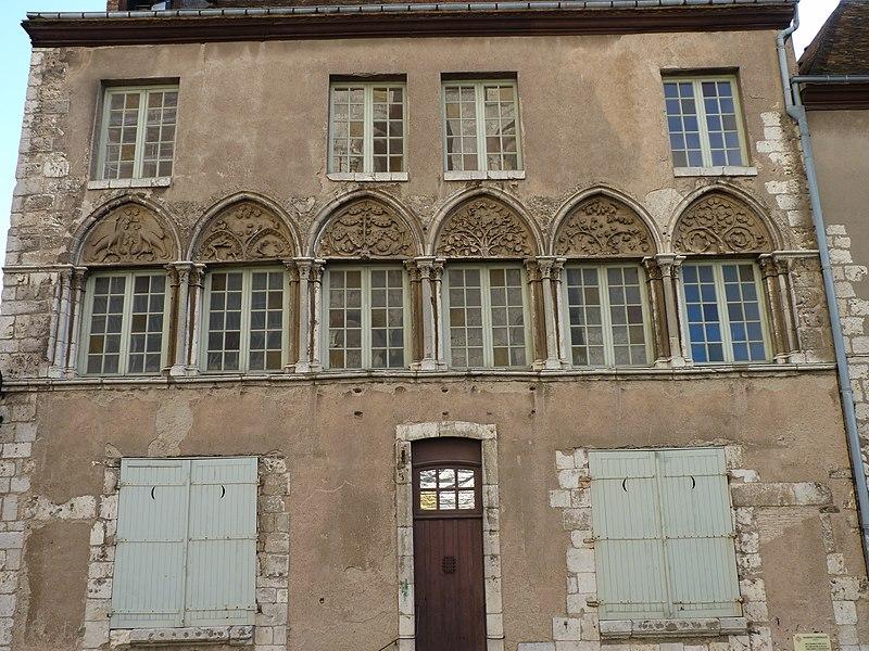 Photo du Monument Historique Maison sise place de la Cathédrale, en face de la tour Nord de la cathédrale situé à Chartres