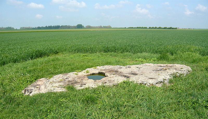 Photo du Monument Historique Polissoir dit Pinte de Saint-Martin situé à Corancez