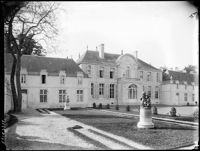 Photo du Monument Historique Château situé à Houville-la-Branche