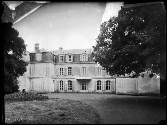 Photo du Monument Historique Château des Coudreaux situé à Marboué