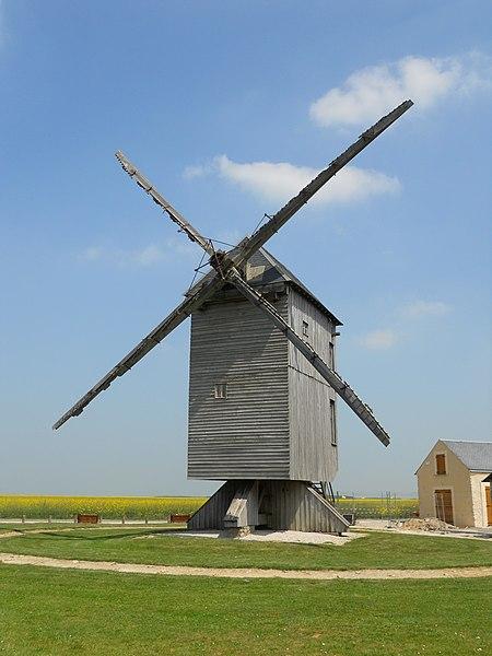 Photo du Monument Historique Moulin à vent situé à Ouarville