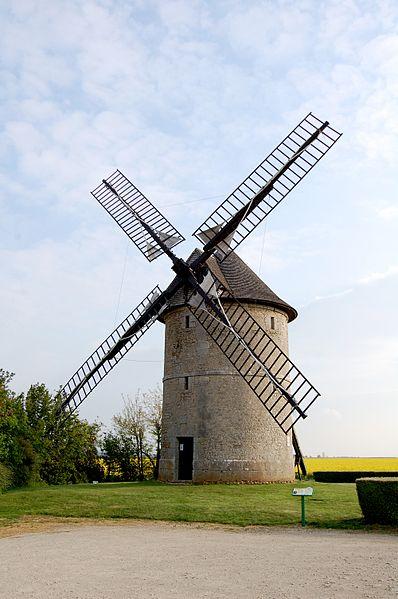 Photo du Monument Historique Moulin à vent de Frouville-Pensier situé à Ozoir-le-Breuil