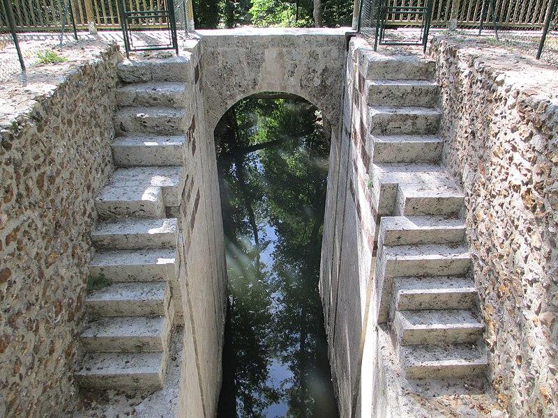 Photo du Monument Historique Ancien aqueduc de Pontgouin à Versailles (également sur communes de Maintenon et Berchères-Saint-Germain) situé à Pontgouin