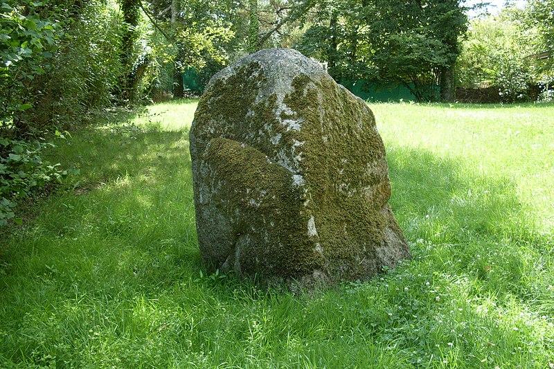 Photo du Monument Historique Menhir de Poulquer situé à Bénodet