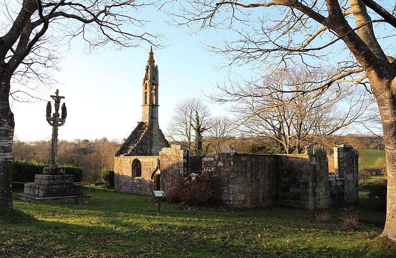 Photo du Monument Historique Ruines de la chapelle de Lochrist et calvaire situé à Coray