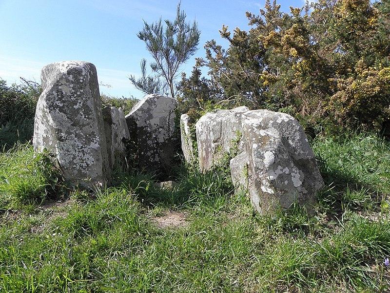Photo du Monument Historique Dolmen dit Lit de Saint-Jean situé à Guimaëc
