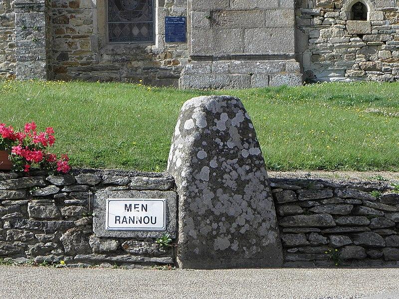Photo du Monument Historique Lec'h dit Maen ar Rannou encastré dans le mur de l'ancien cimetière situé à Guimaëc