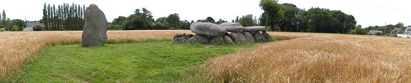 Photo du Monument Historique Dolmen et menhir situé à Moëlan-sur-Mer