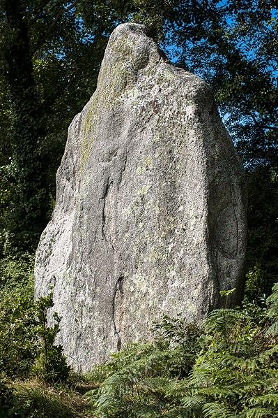 Photo du Monument Historique Premier menhir de Kerscaven situé à Penmarch