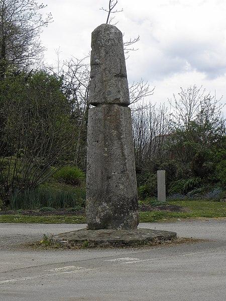 Photo du Monument Historique Stèle protohistorique dite Le Fuseau ou La Quenouille de Sainte-Barbe situé à Ploéven