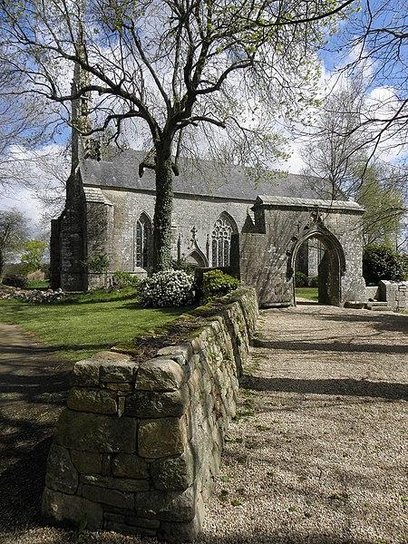 Photo du Monument Historique Chapelle Saint-Germain avec l'ossuaire et le calvaire situé à Plogastel-Saint-Germain
