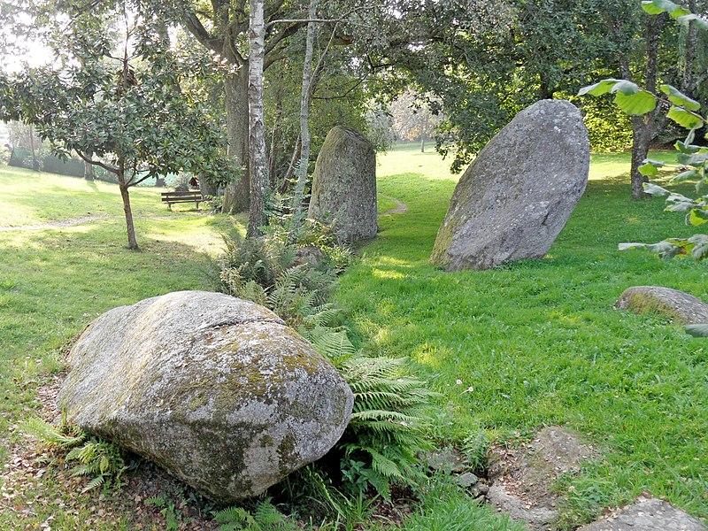 Photo du Monument Historique Trois menhirs situé à Plomelin