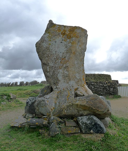 Photo du Monument Historique Menhir dit des Droits-de-l'Homme situé à Plozévet