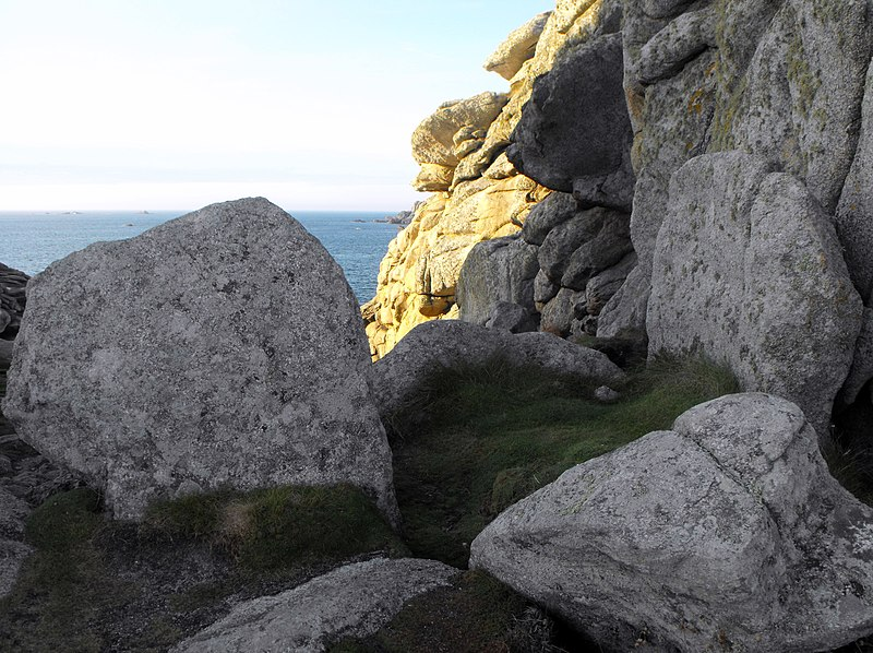 Photo du Monument Historique Dolmen sans table de Beg-ar-Vir situé à Porspoder