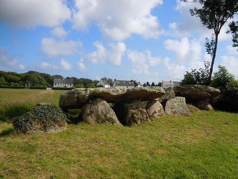 Photo du Monument Historique Allée couverte de Kergoustance situé à Moëlan-sur-Mer