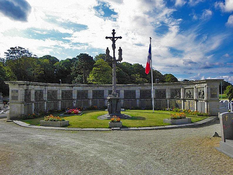 Photo du Monument Historique Monument aux morts, situé dans le cimetière de l'église Saint-Pierre situé à Saint-Pol-de-Léon