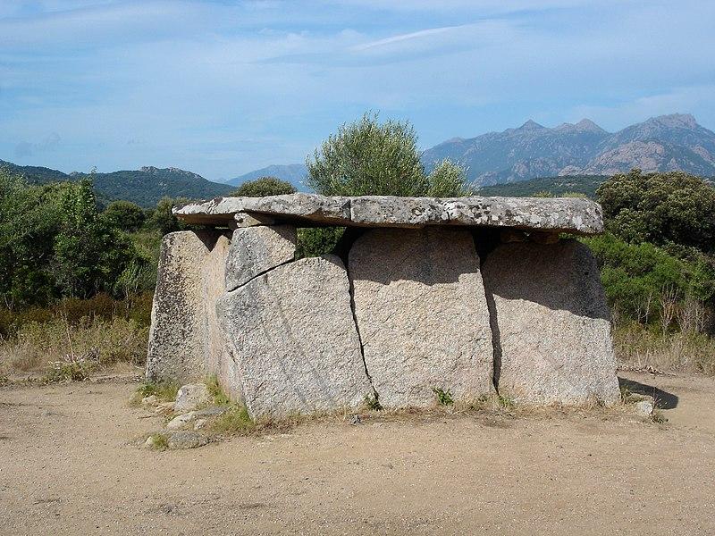 Photo du Monument Historique Dolmen de Fontanaccia situé à Sartène