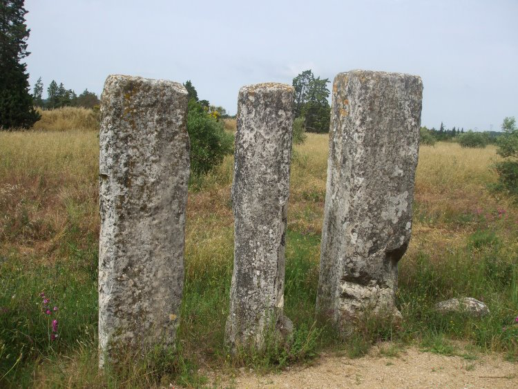 Photo du Monument Historique Trois bornes milliaires, dites Colonnes de César ou Peyrous Plantadous situé à Beaucaire