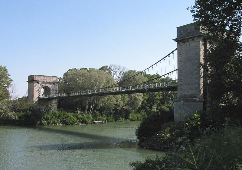 Photo du Monument Historique Pont suspendu dit ancien pont de Fourques (également sur commune d'Arles, dans les Bouches-du-Rhône) situé à Fourques