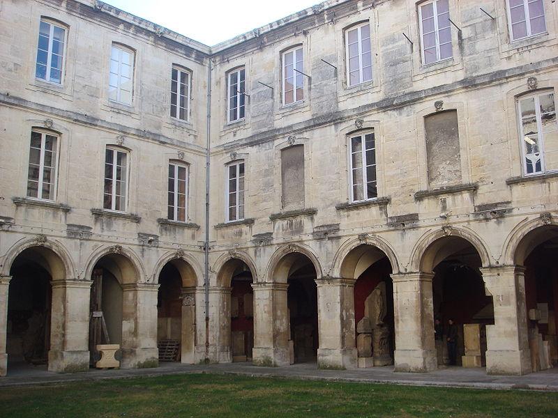 Photo du Monument Historique Ancien collège des Jésuites, actuellement musée d'archéologie ou musée d'Histoire naturelle situé à Nîmes