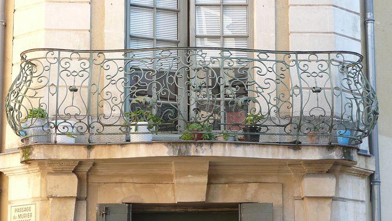 Photo du Monument Historique Maison, à l'angle de la rue et de la place situé à Nîmes