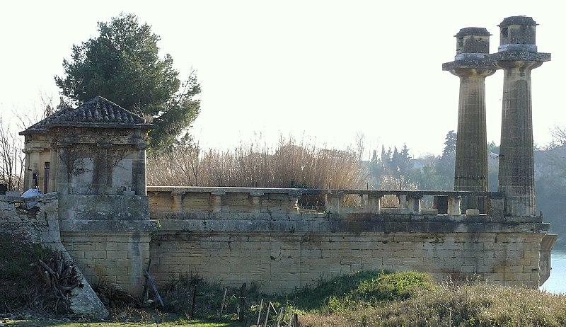 Photo du Monument Historique Ancien pont suspendu situé à Remoulins