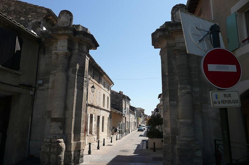 Photo du Monument Historique Porte de la rue principale situé à Villeneuve-lès-Avignon