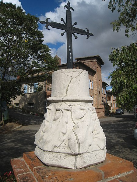 Photo du Monument Historique Socle de croix situé à Clermont-le-Fort