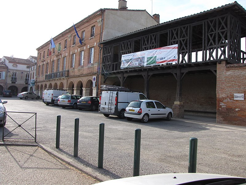 Photo du Monument Historique Mairie et maisons de la place situé à Saint-Sulpice-sur-Lèze