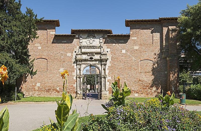 Photo du Monument Historique Ancienne porte du Capitole réédifiée dans le jardin des Plantes de Toulouse situé à Toulouse