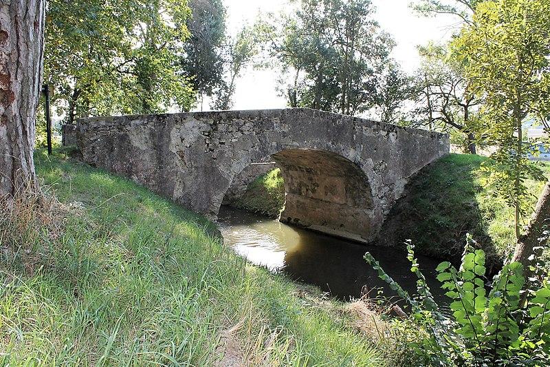 Photo du Monument Historique Pont Vieux de Cailhavel ou Pont Saint-Jean, sur la Rigole de la Plaine situé à Saint-Félix-Lauragais