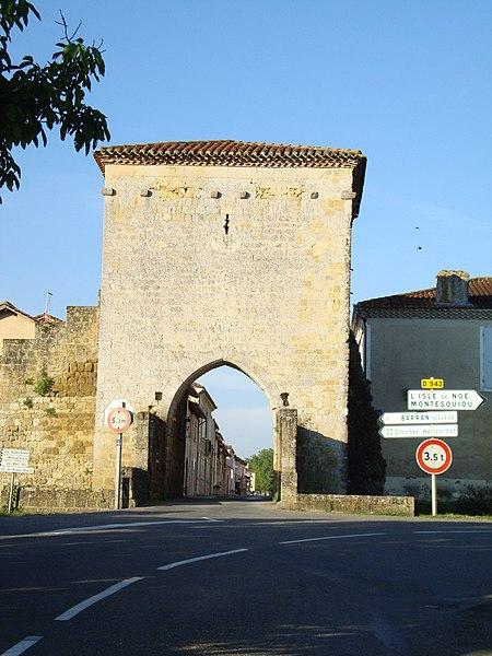 Photo du Monument Historique Porte de ville, son pont et son fossé situé à Barran