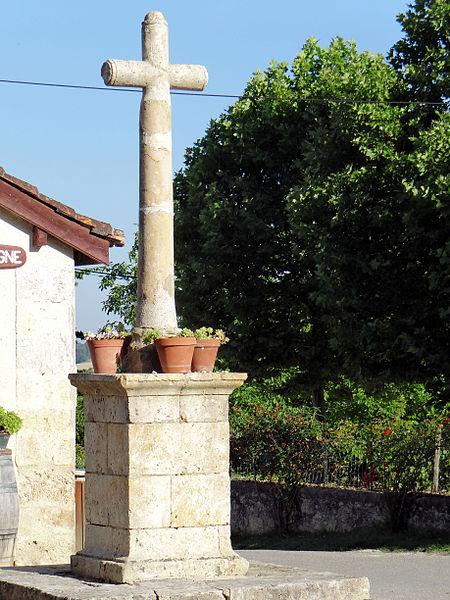 Photo du Monument Historique Croix en avant de la tour d'entrée de l'enceinte fortifiée situé à Larressingle