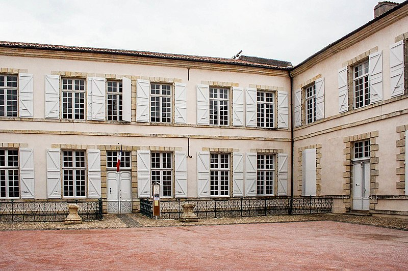 Photo du Monument Historique Le bâtiment de l'évêché occupé par l'hôtel de ville et le musée situé à Lectoure