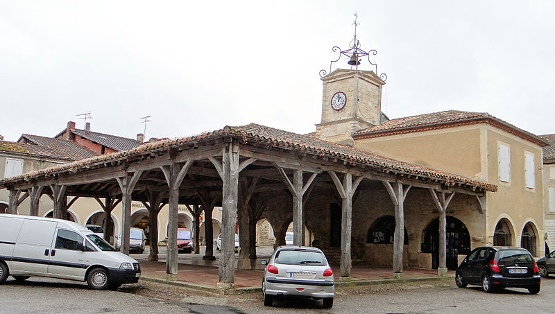 Photo du Monument Historique Halle et Hôtel de ville situé à Saint-Clar