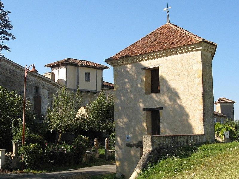 Photo du Monument Historique Pigeonnier - octroi et fontaine situé à Maignaut-Tauzia