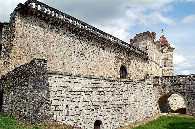 Photo du Monument Historique Château de Cazeneuve situé à Préchac