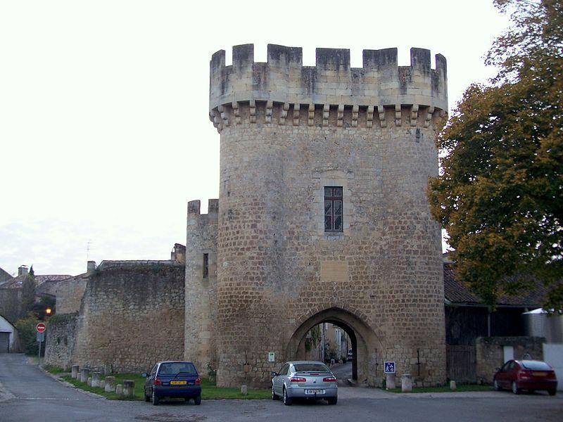 Photo du Monument Historique Enceinte fortifiée situé à Rions