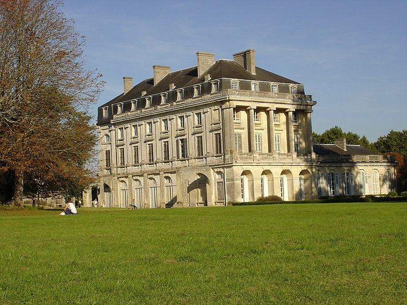 Photo du Monument Historique Château du Bouilh situé à Saint-André-de-Cubzac