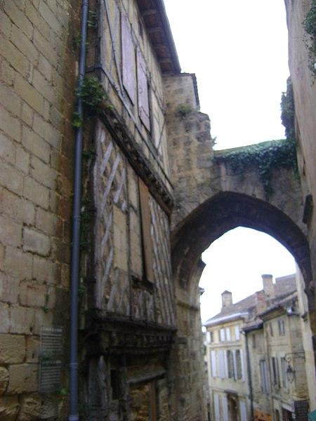 Photo du Monument Historique Porte, dite de la Cadène, et maison à pans de bois attenante situé à Saint-Emilion