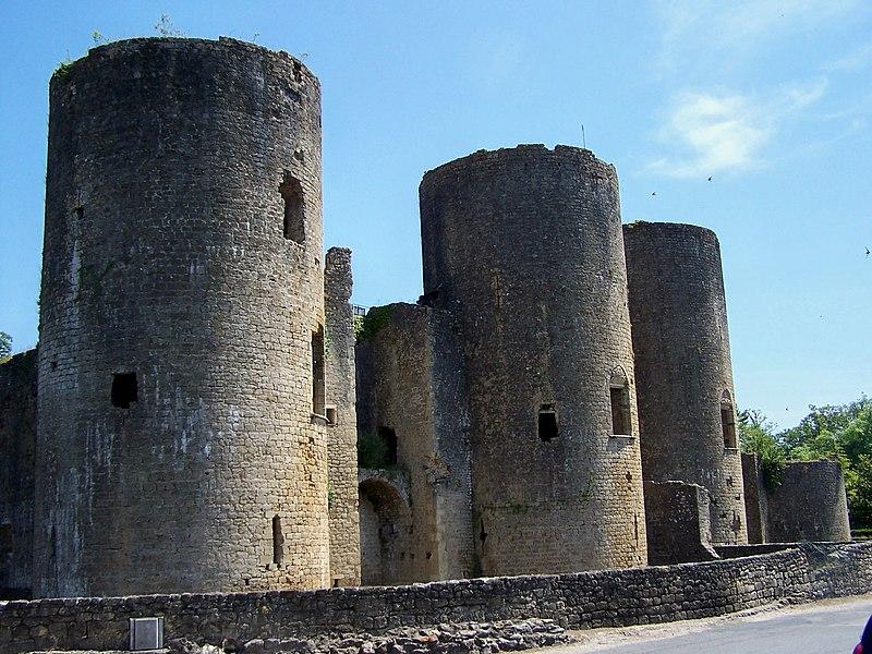 Photo du Monument Historique Ruines du château situé à Villandraut