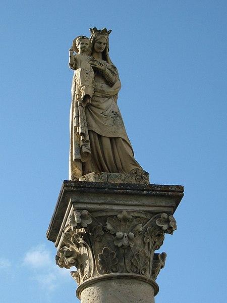 Photo du Monument Historique Monument avec statue de la Vierge situé à Saint-Germain-d'Esteuil