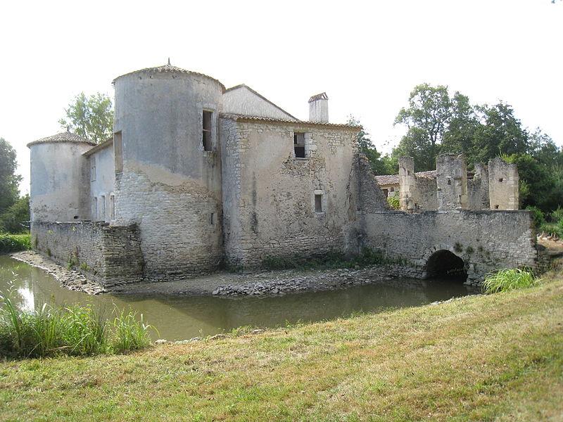 Photo du Monument Historique Maison forte du Prat situé à Générac