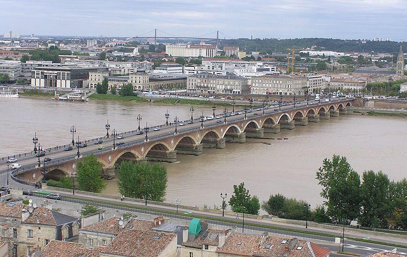 Photo du Monument Historique Pont dit Pont de Pierre situé à Bordeaux