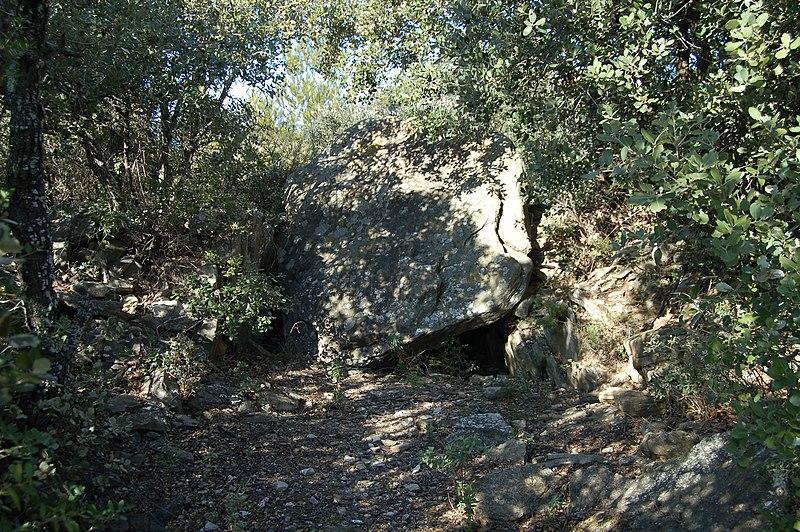 Photo du Monument Historique Dolmen de la Cigalière situé à Cesseras