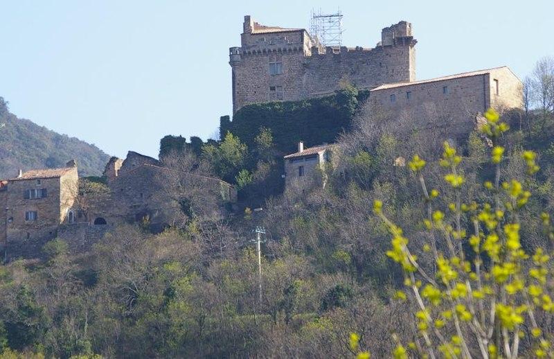 Photo du Monument Historique Restes du château de Dio situé à Dio-et-Valquières