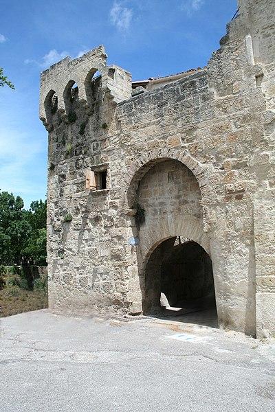 Photo du Monument Historique Porte de ville et remparts attenants situé à Montbazin