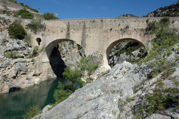 Photo du Monument Historique Pont sur l'Hérault, dit Pont du diable situé à Saint-Jean-de-Fos